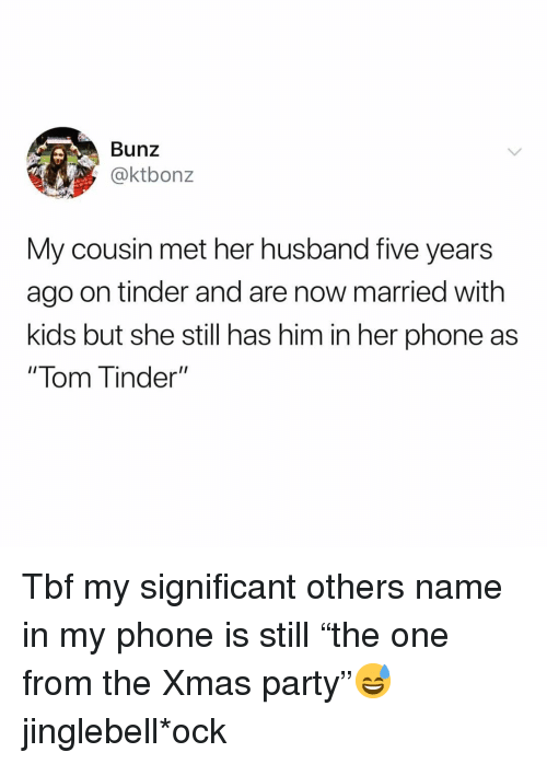 """lom: Bunz  @ktbonz  My cousin met her husband five years  ago on tinder and are now married with  kids but she still has him in her phone as  """" lom T inder"""" Tbf my significant others name in my phone is still """"the one from the Xmas party""""😅 jinglebell*ock"""