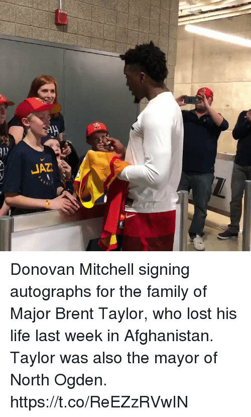 donovan: Donovan Mitchell signing autographs for the family of Major Brent Taylor, who lost his life last week in Afghanistan.   Taylor was also the mayor of North Ogden.    https://t.co/ReEZzRVwIN