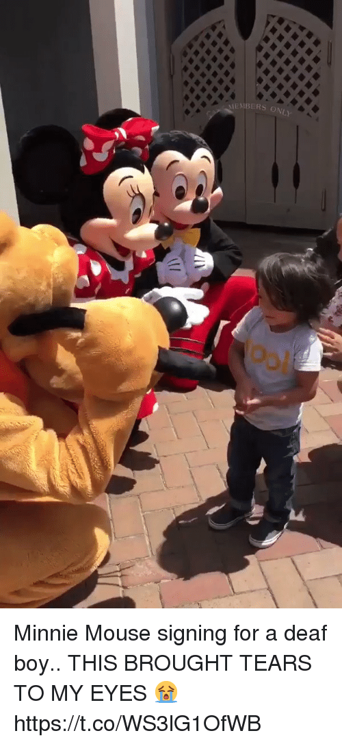 minnie mouse signing for a deaf boy this brought tears 31181406 minnie mouse signing for a deaf boy this brought tears to my eyes