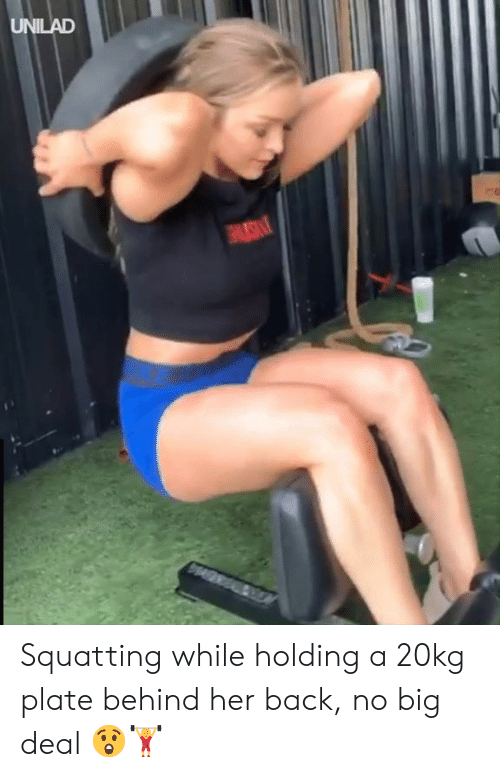 no big deal: UNILAD Squatting while holding a 20kg plate behind her back, no big deal 😲🏋️‍♀️